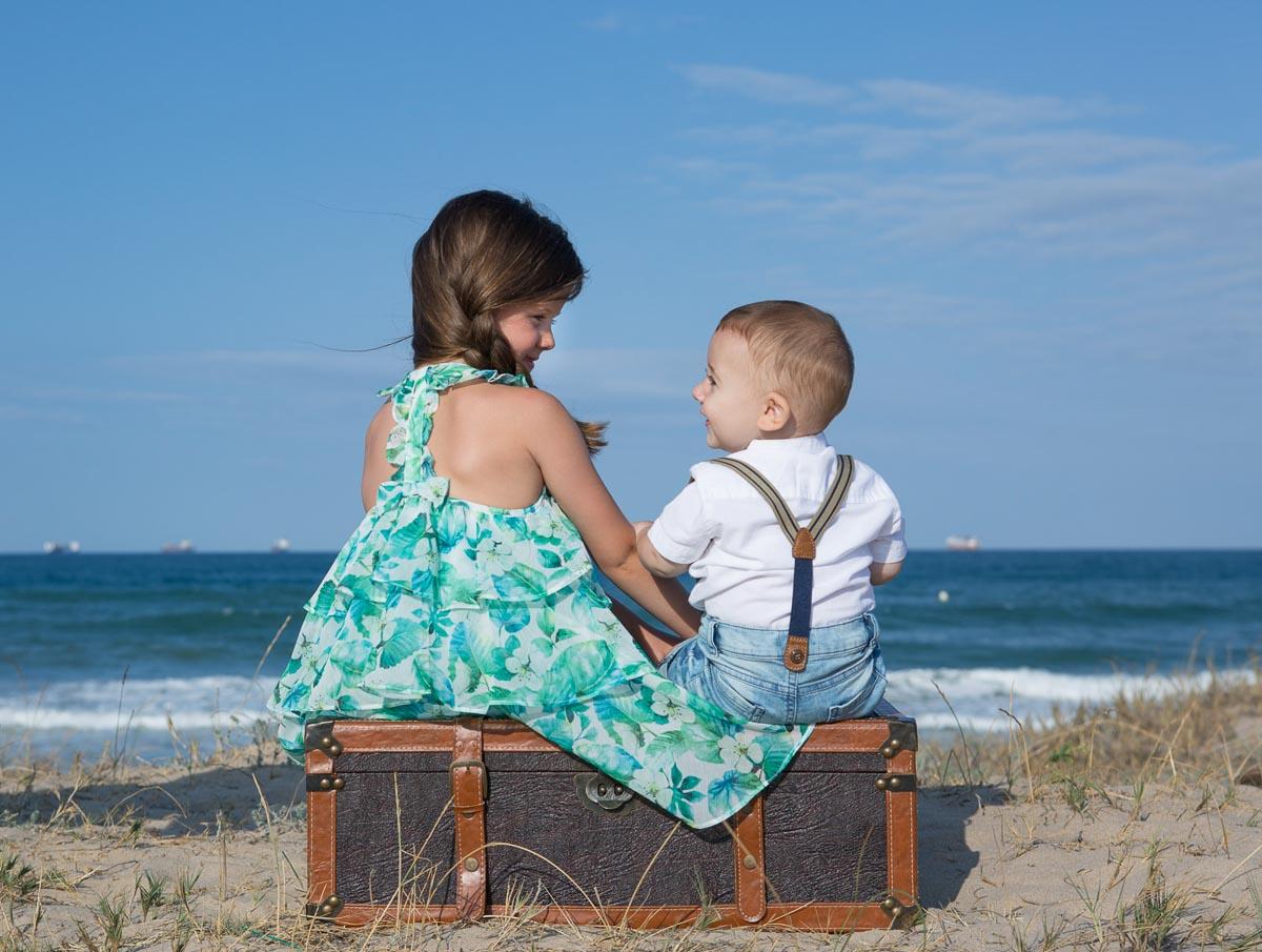 Reportaje infantil en la playa con Marc y Alexia baúl