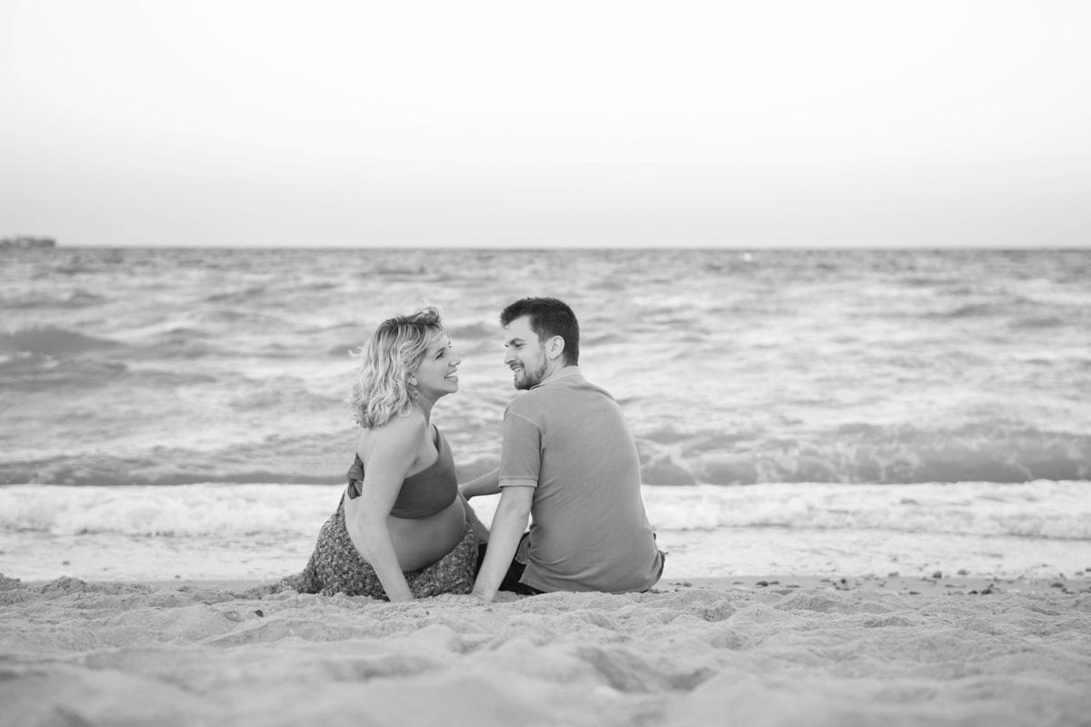 Reportaje de Embarazo en la playa blanco y negro