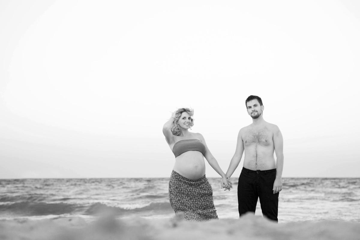 Reportaje de Embarazo en la playa manos