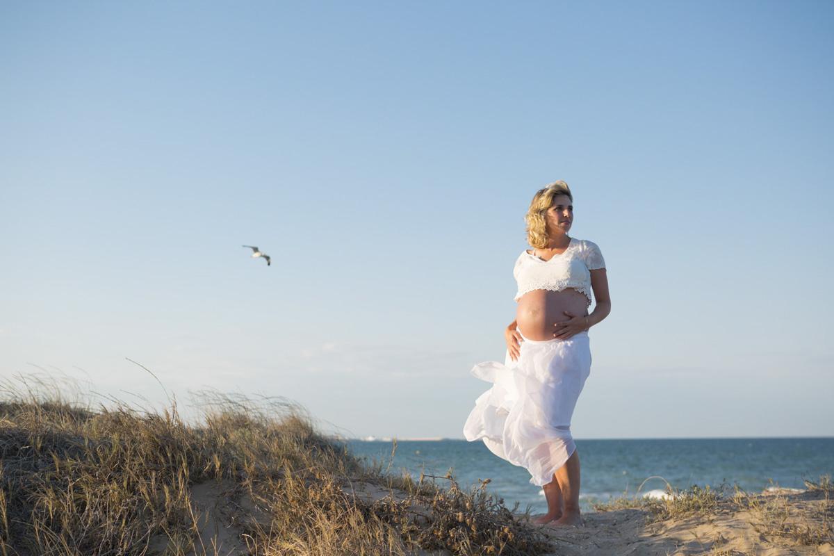Embarazo en la playa mar