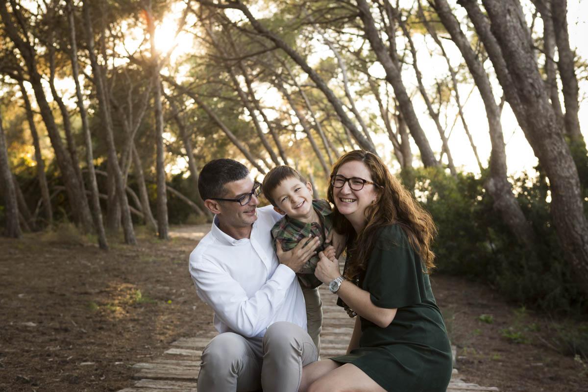 reportaje de familia en exterior en invierno risas