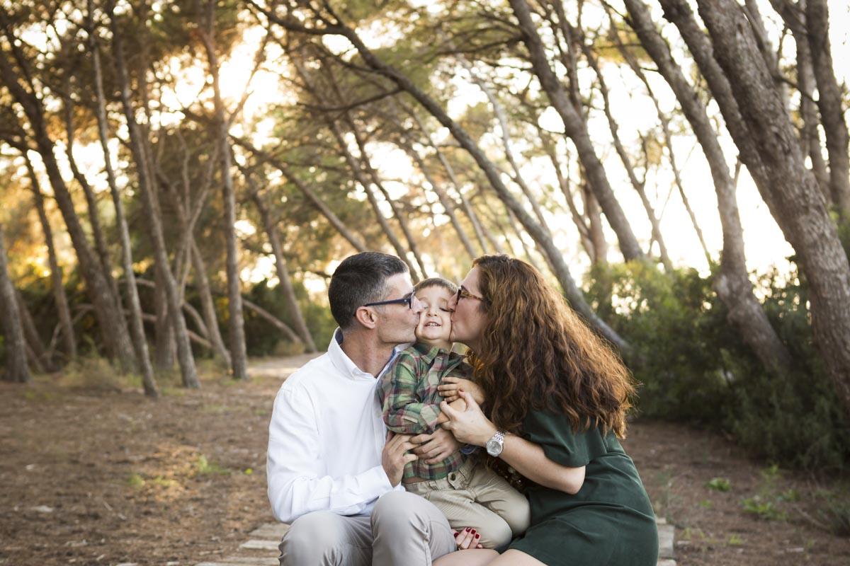 reportaje de familia en exterior en invierno besos