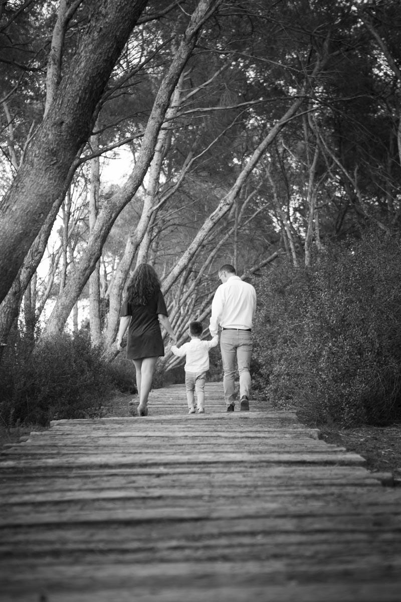 reportaje de familia en exterior en invierno blanco y negro